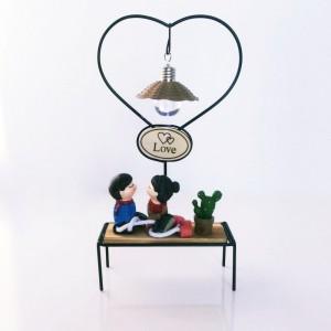 Toptan Ahşap Biblo Işıklı Bankta Oturan Sevgililer